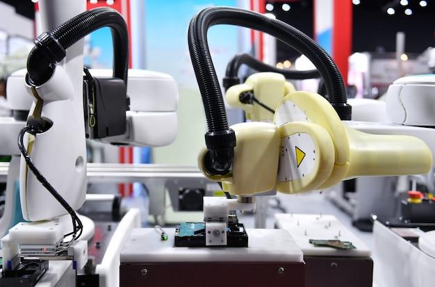 Braço robótico industrial para segurar placa de circuito eletrônico