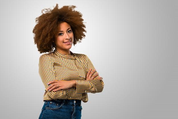 Braços de cruzamento de mulher afro