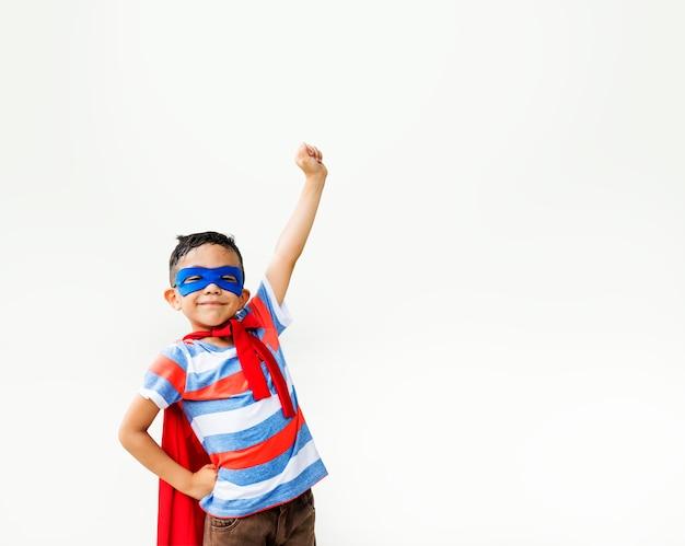 Braços de garoto super-herói levantou conceito brincalhão