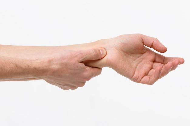 Braços de homem segurando sua dolorosa síndrome do túnel do carpo
