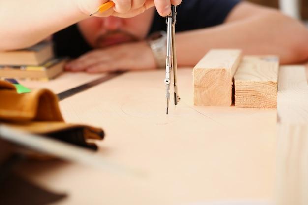 Braços de trabalhador fazendo estrutura plano closeup
