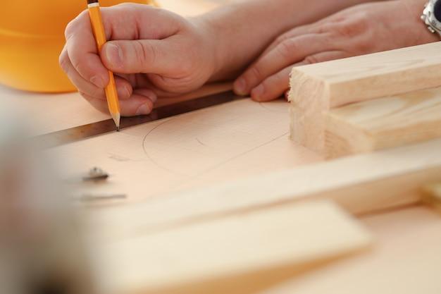 Braços de trabalhador medir barra de madeira