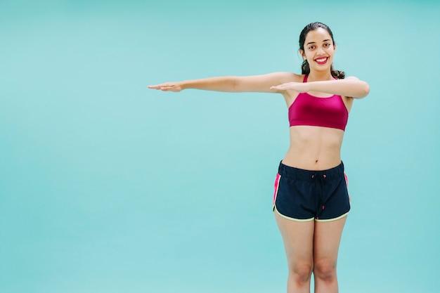 Braços de treinamento da jovem mulher