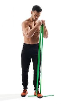 Braços de treinamento de fisiculturista com banda de resistência.