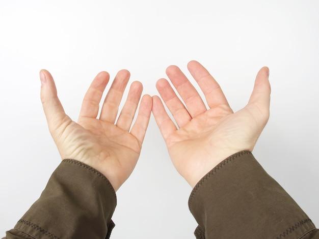Braços estendidos com as palmas das mãos abertas
