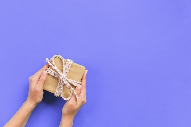 Braços mulher, segurando, caixa presente