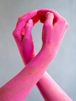 Braços pintados close-up, expressando a consciência do câncer