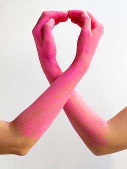 Braços pintados de rosa close-up, expressando a consciência