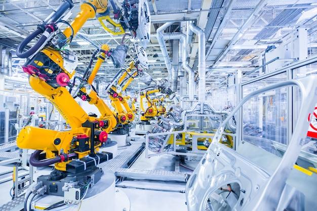 Braços robóticos em uma fábrica de automóveis