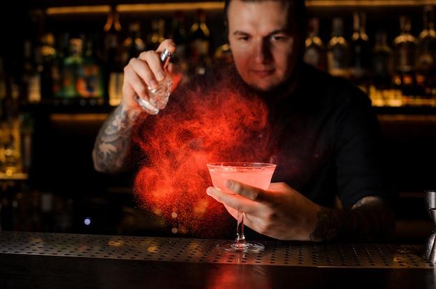 Braga, aspersão, vermelho, cor, amargo, em, um, copo cocktail