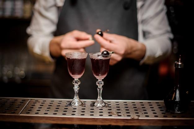 Braga, decorar dois copos cheios de verão forte coquetel de arnaud
