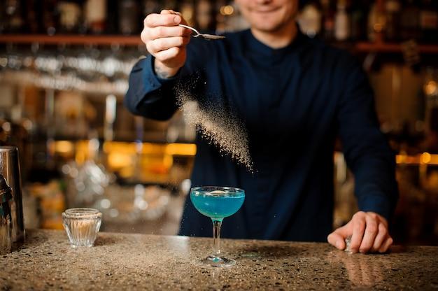 Braga, decorar um cocktail de verão fresco com açúcar de cana
