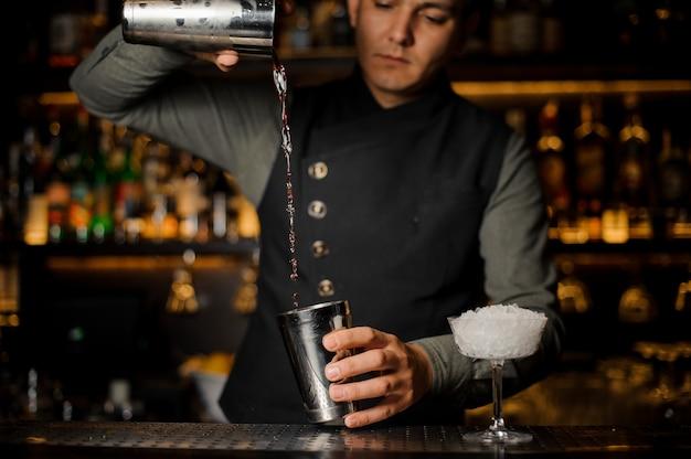 Braga, misturando bebidas para fazer um cocktail com campari