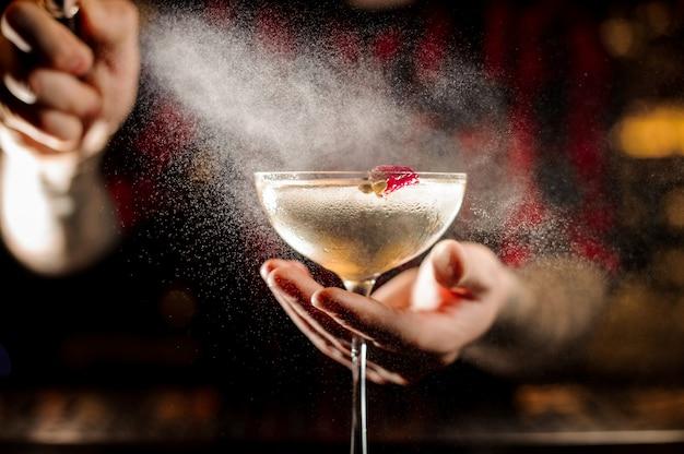 Braga, salpicos amargo no elegante copo de cocktail