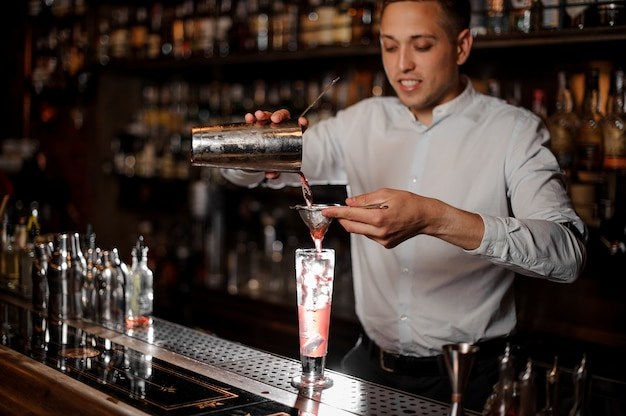 Braga sorridente fazendo um cocktail de verão mojito de morango fresco e frio