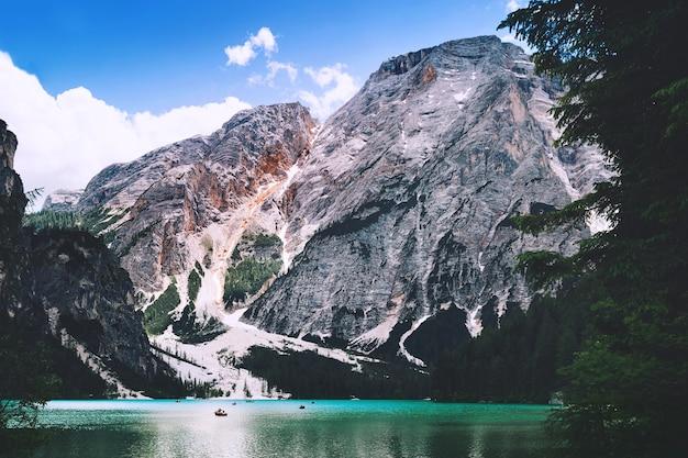 Braies lake lago di braies no verão o maior lago natural das dolomitas, tirol do sul, itália, europa