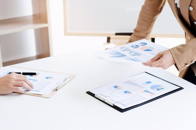 Brainstorming da equipe de negócios discutindo documentos de lucros de vendas