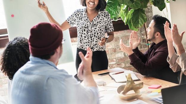 Brainstorming da equipe de negócios inicial na sala de reuniões