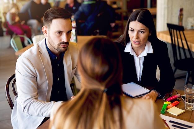 Brainstorming de conceito de negócio na cafeteria.