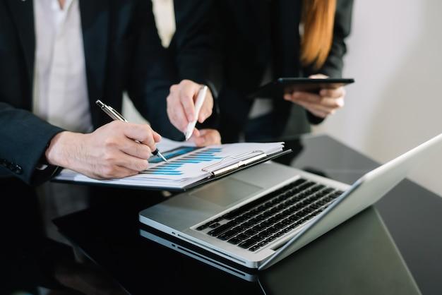 Brainstorming de equipe corporativa de negócios, estratégia de planejamento tendo uma discussão análise de investimento pesquisando com gráfico em documentos de mesa de escritório.