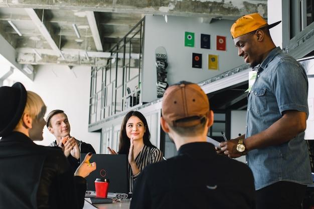 Brainstorming de equipe de negócios. pesquisa de plano de marketing. papelada na mesa, laptop e celular