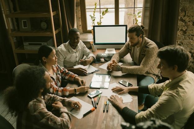 Brainstorming do grupo de freelancers multiétnicos