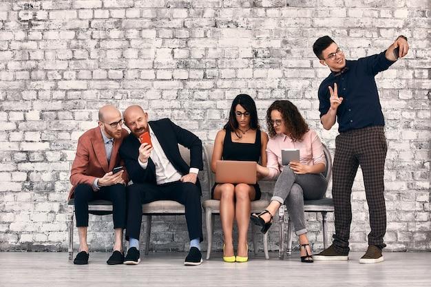 Brainstorming falar amigos conceito de conexão de pessoas de negócios reunião corporativa de dispositivos digitais, foco seletivo