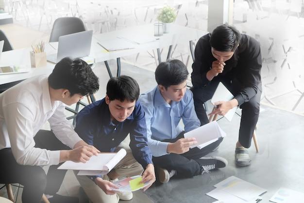 Brainstorming iniciar negócios, reunião de empresário consultar o projeto de negócios de planejamento.