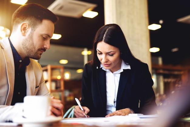 Brainstorming negócios conceito pessoas falando.