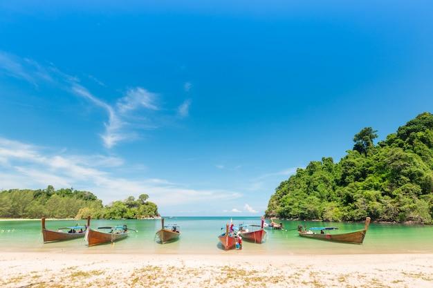 Branca, areia, praia, e, cauda longa, bote, em, kham, tok, ilha, (koh kam, tok), a, bonito, mar, ranong, província, tailandia