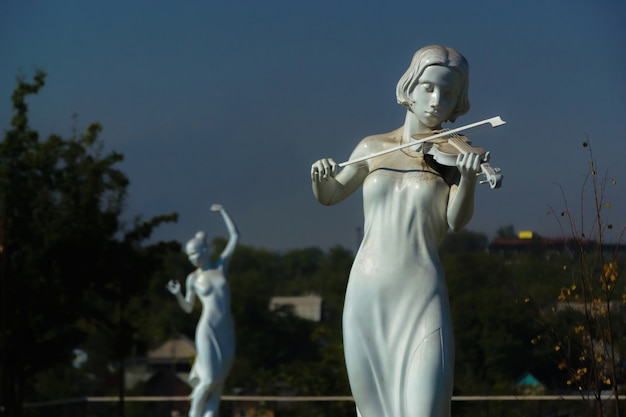 Branca, estátua, de, yong, mulher, em, um, quadrado