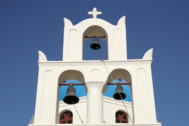 Branca, igreja, com, sinos, sob, céu azul, em, santorini, grécia