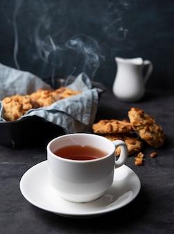 Branca xícara de chá com biscoitos de fluxo de água artesanais close-up