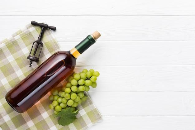 Branco delicioso vinho com guardanapo