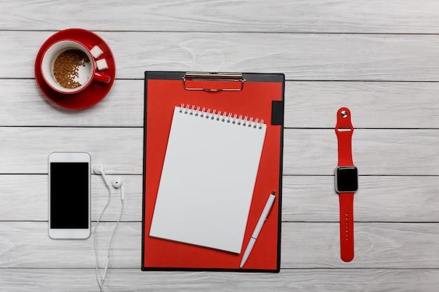 Branco desktop vermelho copo café relógio relógio telefone telefone fones de ouvido