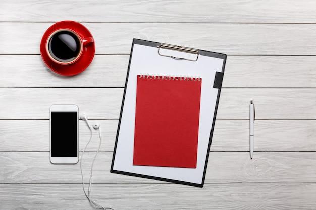 Branco desktop vermelho xícara café relógio relógio telefone telefone fones de ouvido caneta