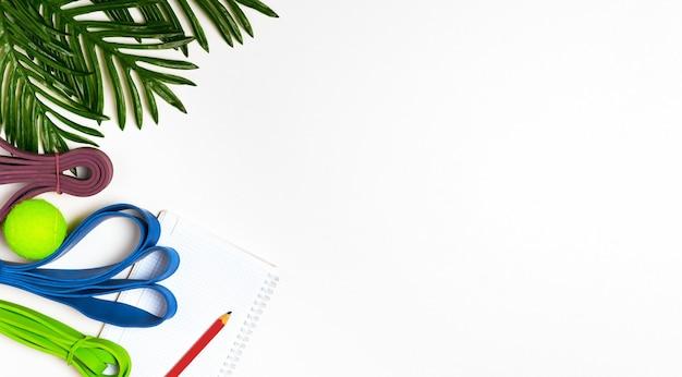 Branco e loop de resistência para exercícios, caderno para plano de exercícios e resultados