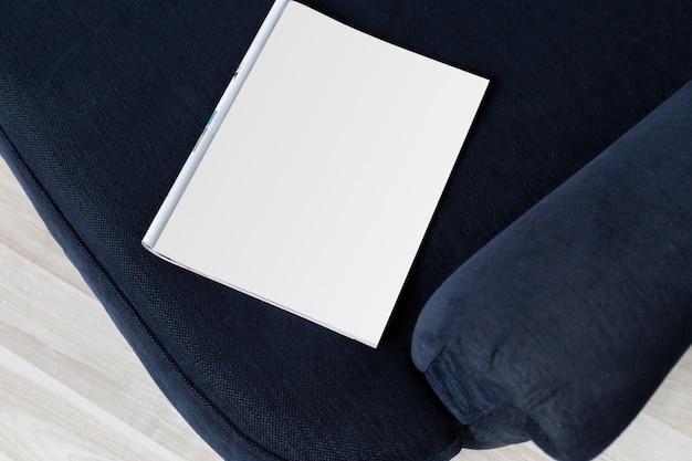 Branco em branco dentro da página de revista no sofá