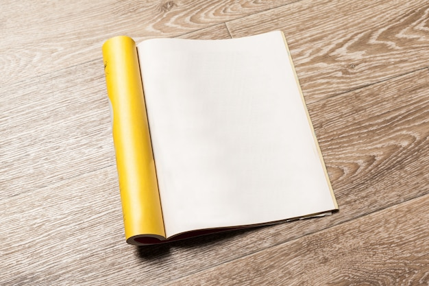 Branco em branco dentro maquete de página de revista