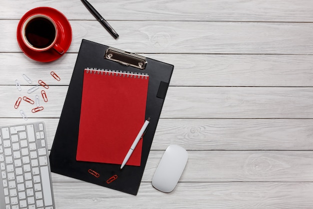 Branco, escrivaninha, pasta, vermelho, notepad, xícara café, relógio, clipes papel, teclado, rato, workflow