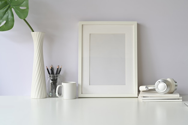 Branco mock up frame e gadget na mesa branca.