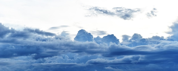 Branco nublado no céu azul