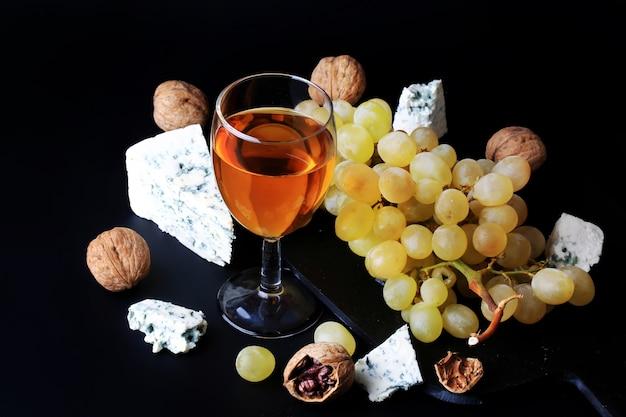 Branco sobremesa vinho uvas queijo azul noz