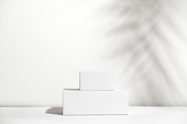 Branco vazio fica em fundo de sombra clara. loja em branco sem marca. vitrine de produtos cosméticos. anúncio do produto. copie o espaço. conceito de cosmetologia e beleza.