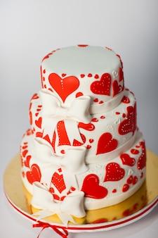 Branco vermelho três camadas de bolo de casamento branco
