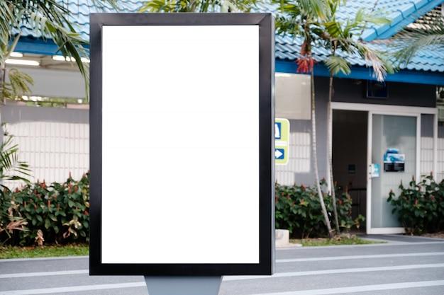 Branco vertical da tela do diodo emissor de luz do quadro de avisos grande vazio proeminente na cidade.