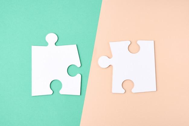 Brancos grandes quebra-cabeças em branco, vista superior, copie o espaço
