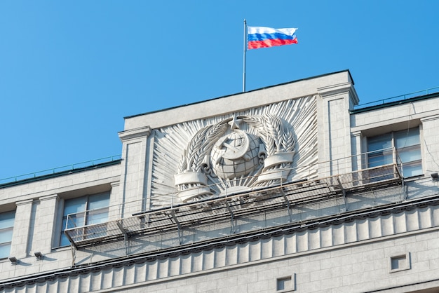 Brasão soviético na parede em cima do prédio da duma em moscou