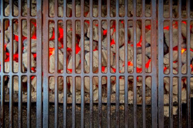 Brasas de churrasco brilhando em vermelho