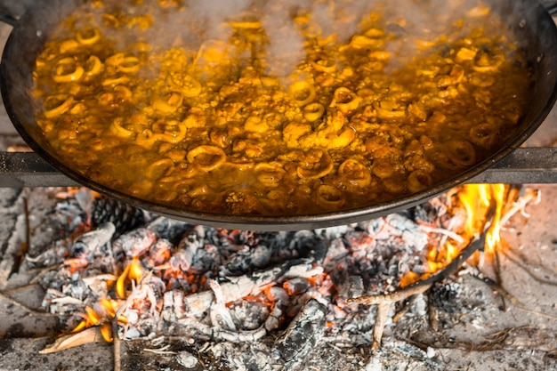 Brasas de lenha de paella valenciana com brasas e legumes